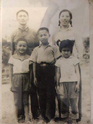 作者(前排右)与父亲母亲合影。